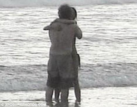 mel-gibson-oksana-pochepa-beach-kiss