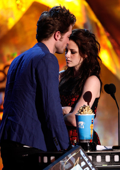 robert pattinson kristen stewart kissing. robert-pattinson-kristen-