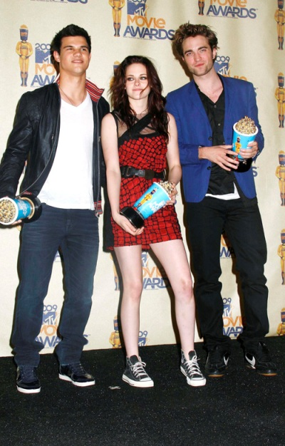 twilight-stars-robert-pattinson-taylor-lautner-and-kristen-stewart-mtv-movie-awards-photos